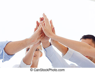 vrolijke , handel team, geven, hoog vijf, in, kantoor