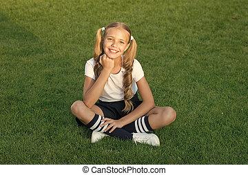 vrolijke , hebben, fun., schattig, outdoors., pupil., grass., wat, schoolgirl., ponytails, emotioneel, groene, meisje, geitje, kind, hairstyle, vrolijk, relax., het glimlachen, gezonde , maakt, genieten, zetten, relaxen