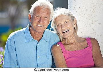 vrolijke , het hogere paar glimlachen, buiten, in, zonneschijn
