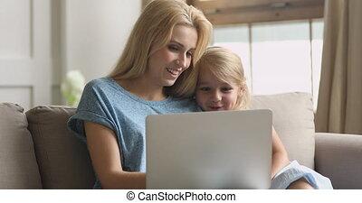 vrolijke , het knuffelen, jonge, moeder, kleine, samen., ...