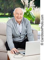 vrolijke , hogere mens, gebruikende laptop, op, verpleeghuis, portiek