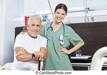 vrolijke , hogere mens, met, vrouwlijk, patiënt, in, rehab, centrum