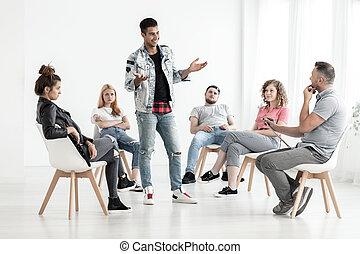 vrolijke , iberische man, sprekend aan, zijn, therapist, voor, een, groep, van, rebel, tieners, in, een, rehab, centrum