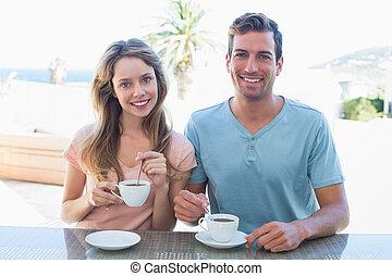 vrolijke , jong paar, het hebben van koffie, bij lijst