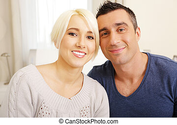 vrolijke , jong paar, kijken naar van fototoestel