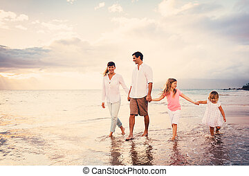 vrolijke , jonge familie, hebben vermaak, lopend op strand, op, ondergaande zon
