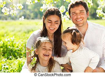 vrolijke , jonge familie, met, twee kinderen, buitenshuis