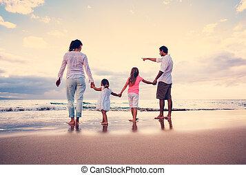 vrolijke , jonge familie, op, strand, op, ondergaande zon