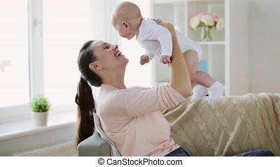 vrolijke , jonge, moeder, met, weinig; niet zo(veel), baby,...