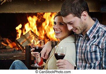 vrolijke , jonge, romantisch paar, zitten op sofa, voor, openhaard, op, winter, seizoen, in, thuis