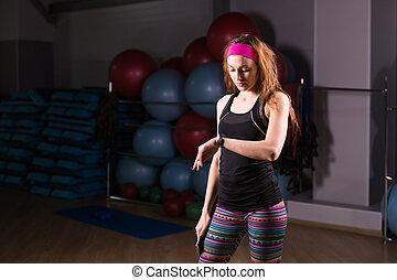 vrolijke , jonge vrouw , gebruik, activiteit, tracker, in, fitness, gym