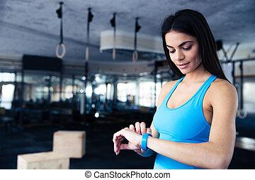vrolijke , jonge vrouw , gebruik, activiteit, tracker