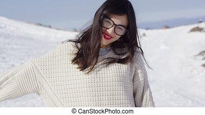 vrolijke , jonge vrouw , in, besneeuwd, landscape