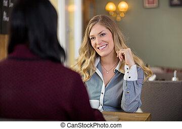 vrolijke , jonge vrouw , met, vriend, het hebben van koffie