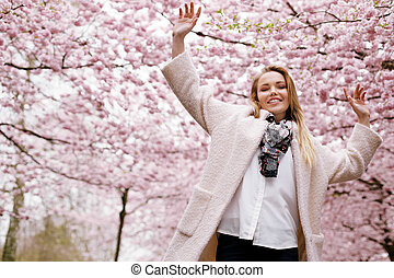 vrolijke , jonge vrouw , op, voorjaarsbloesem, park