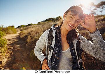 vrolijke , jonge, wandelaar, vrouw, in, natuur