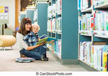 vrolijke , jongen, en, leraar, het boek van de lezing, in, bibliotheek