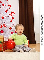 vrolijke , jongetje, met, groot, kerstbal