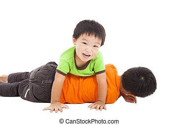 vrolijke , jongetje, spelend, met, zijn, lastig vallen, op de vloer