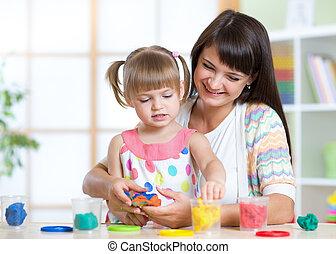 vrolijke , kind, en, moeder, aan het zitten, en, spelend, met, kleurrijke, klei, speelbal