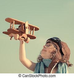 vrolijke , kind gespeel, met, het vliegtuig van het stuk speelgoed
