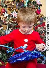 vrolijke , kind, in, santa claus, vervelend, open, kerstkado