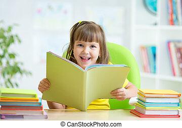 vrolijke , kind, met, geopend, boek
