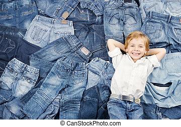vrolijke , kind, op, jeans, achtergrond