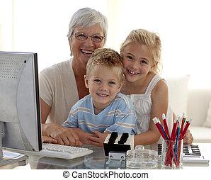 vrolijke , kinderen, gebruik, een, computer, met, hun, grootmoeder