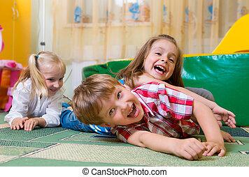 vrolijke , kinderen, hebbend plezier, thuis