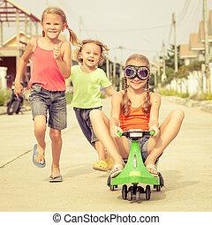vrolijke , kinderen spelende, op de straat, op, de, dag timen