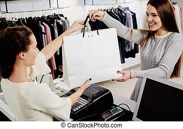 vrolijke , klant, met, winkeltas, in, mode, toonzaal