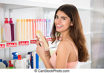 vrolijke , klant, vasthouden, schoonheidsmiddel, fles, in, supermarkt