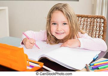 vrolijke , klein meisje, het verkleuren, aan tafel