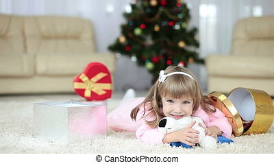 vrolijke , klein meisje, met, kadootjes, het liggen