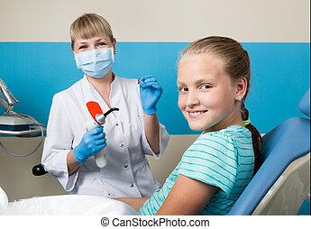 vrolijke , klein meisje, met, open mond, ondergaan, tandkundige behandeling, op, clinic., tandarts, gecontroleerde, en, het genezen, teeth, een, kind, patiënt, in, de, tandkundige werkkring