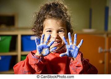 vrolijke , klein meisje, schilderij, met, handen, in, kleuterschool