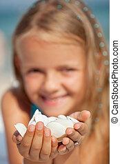vrolijke , klein meisje, vasthouden, seashells, -, closeup