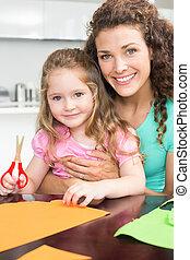 vrolijke , klein meisje, vervaardiging, papier, gedaantes, met, moeder, aan tafel