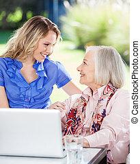 vrolijke , kleindochter, en, grootmoeder, met, draagbare computer, op, portiek
