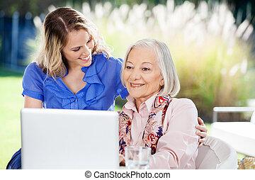 vrolijke , kleindochter, met, oude vrouw, gebruikende laptop, op, portiek