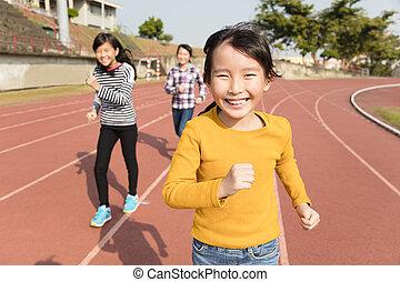 vrolijke , kleine meisjes, rennende , op, de, hardloop wedstrijd