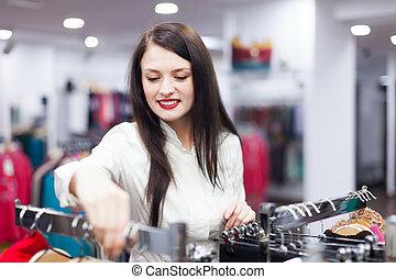 vrolijke , koper, op, de opslag van de kleding