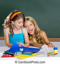 vrolijke , lachen, geitjes, student, meiden, op, school, klaslokaal