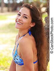 vrolijke , lachen, jonge vrouw , in, bikini, in, zonnige dag, in het park