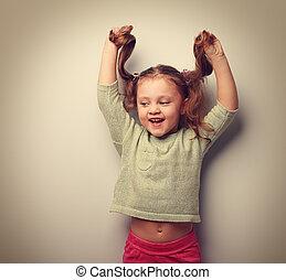vrolijke , lachen, mode, geitje, meisje, spelend, met, hair., ouderwetse , verticaal