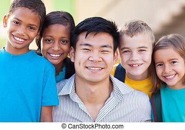 vrolijke , leraar, met, basisschool, scholieren