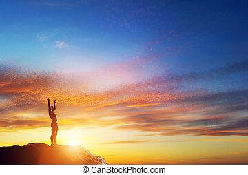 vrolijke , man, met, handen op, op, piek, van, de, berg, op, ondergaande zon