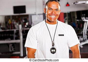 vrolijke , mannelijke , persoonlijke trainer