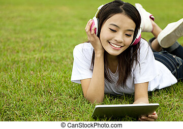 vrolijke , meisje, gebruik, tablet pc, op het gras